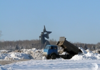 Автомобиль МАЗ-5549 на вывозе снежной массы. Донецк, проспект Мира