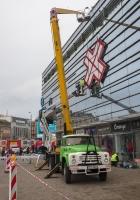 Автоподъёмник ВС-22-МС в процессе работ по монтажу рекламной конструкции на фасад здания. #РО-9940. Рига, Привокзальная площадь