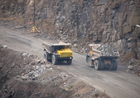 Перевозка каменного лома карьерными автосамосвалами Белаз. Житомирская область, Малинский гранитный карьер
