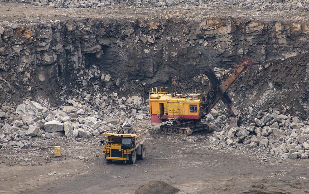 Экскаватор ЭКГ-5А на погрузке скальной породы и карьерный самосвал Caterpillar.  Житомирская область, Малинский гранитный карьер
