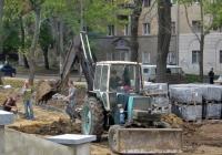 Экскаватор-бульдозер серии ЭО-2621В* на базе трактора серии ЮМЗ-6*. Николаев, улица Садовая
