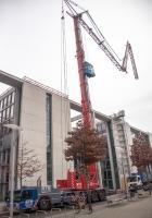 Кран Liebherr MK 100 в процессе монтажа. Германия, Берлин, Шнайдеманнштрассе