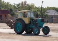 Трактор ЮМЗ-6* с плугом. Украина, Винницкая область, Бершадский район,  с. Джулинка