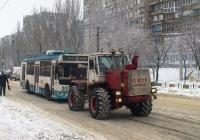 Трактор Т-150К техслужбы Мариупольского ТТУ буксирует неисправный троллейбус. Донецкая область, Мариуполь, просп. Металлургов