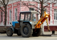 Трактор Беларус-82.1 № 4361 ЕЕ 31 с бульдозерным ножом и ямобуром ДЭМ-112. Белгородская область, г. Алексеевка, Мостовая улица
