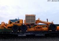 Автогрейдер ДЗ-298-3 на вагоне-платформе. Орёл, железнодорожная станция Цон