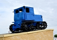 Трактор ДТ-54А на постаменте. Ставропольский край, Кочубеевский район, село Заветное