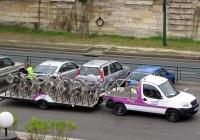 Автопоезд для перевозки велосипедов парижской сети велопроката Vélib' с тягачом на базе Peugeot Partner, #964 FXJ 82. Франция, Париж, набережная Вольтер