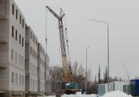 Кран МКГ-25БР с башенно-стреловым оборудованием. Белгородская область, г. Алексеевка, Комсомольская улица