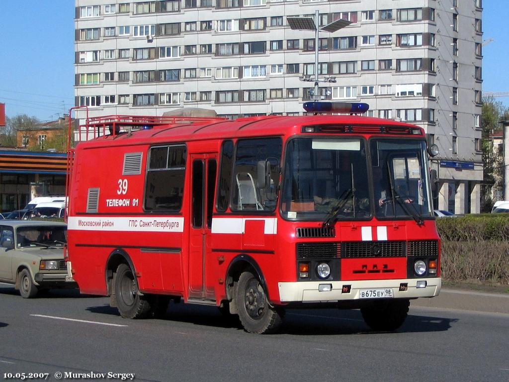 Автомобиль связи и освещения АСО-16(3205)-01НН на базе автобуса ПАЗ-3205 #В 675 ЕУ 98. Санкт-Петербург, площадь Победы