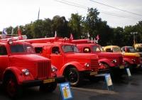 Группа музейных пожарных автомашин на выставочной площадке в День города . Москва, у главного входа на ВВЦ (ВДНХ)