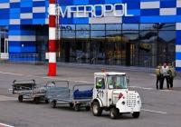 Аэродромный трактор TUG MA №211 с багажными тележками. Крым, аэропорт Симферополь