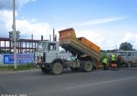Самосвал МАЗ-5551 #Е 821 КТ 69 на дорожных работах. Россия, Тверская область, Удомля, Автодорожная улица
