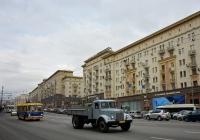 Грузовой автомобиль МАЗ-200 №3001, приписанный к Музею наземного городского пассажирского транспорта, в группе других ретроавтомобилей участвует в параде, приуроченном к 81-летию Московского троллейбуса  . Москва, Тверская улица