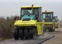 Пневмоколёсный каток Ammann AP 240 на ремонте участка шоссе близ Приветного. Крым, шоссе Алушта - Феодосия