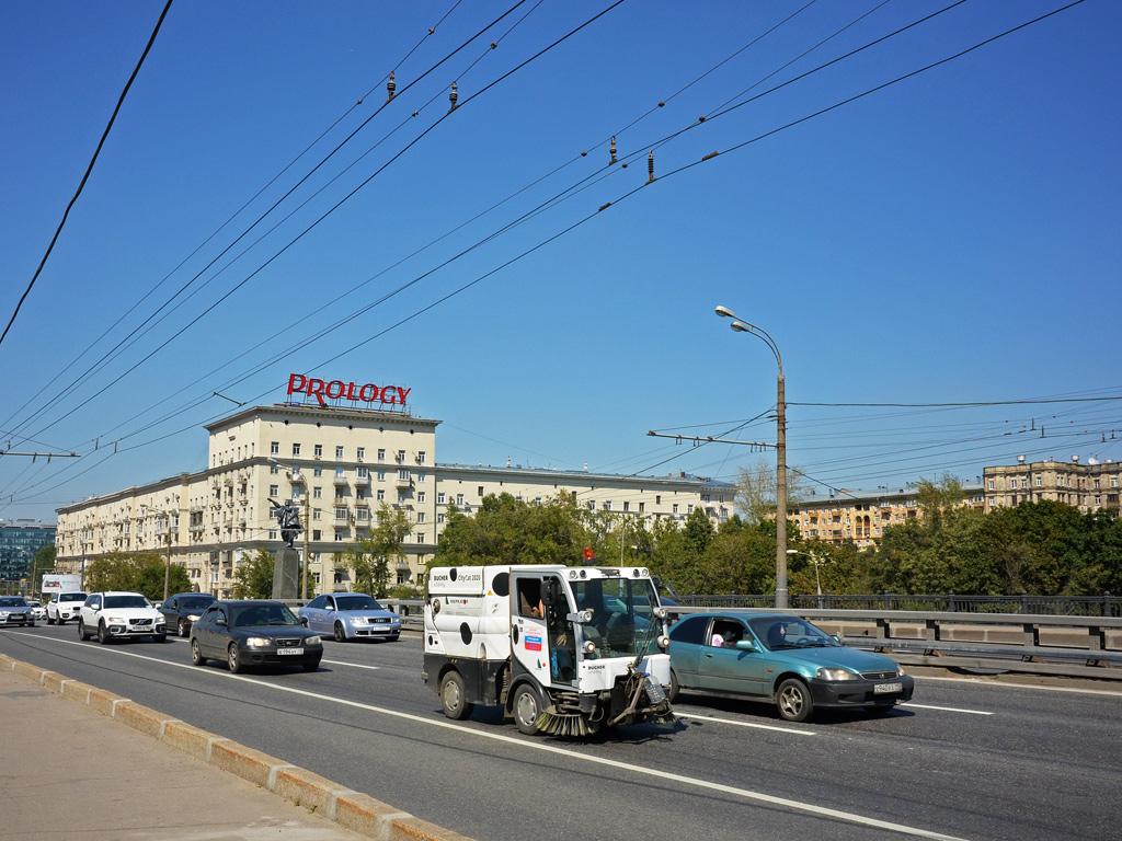 Вакуумная уборочная коммунальная машина Bucher CityCat 2020 (ВКМ 2020). Москва, Ленинградское шоссе