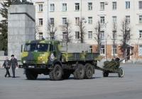 Грузовик КамАЗ-43114 #9854 УМ 76 с 85-мм дивизионной пушкой Д-44. Курган, улица Гоголя