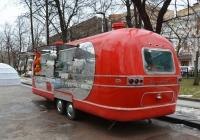 Прицеп-торговая лавка (фудтрак) Air Van на базе трейлера Airstream. Москва, Тверской бульвар