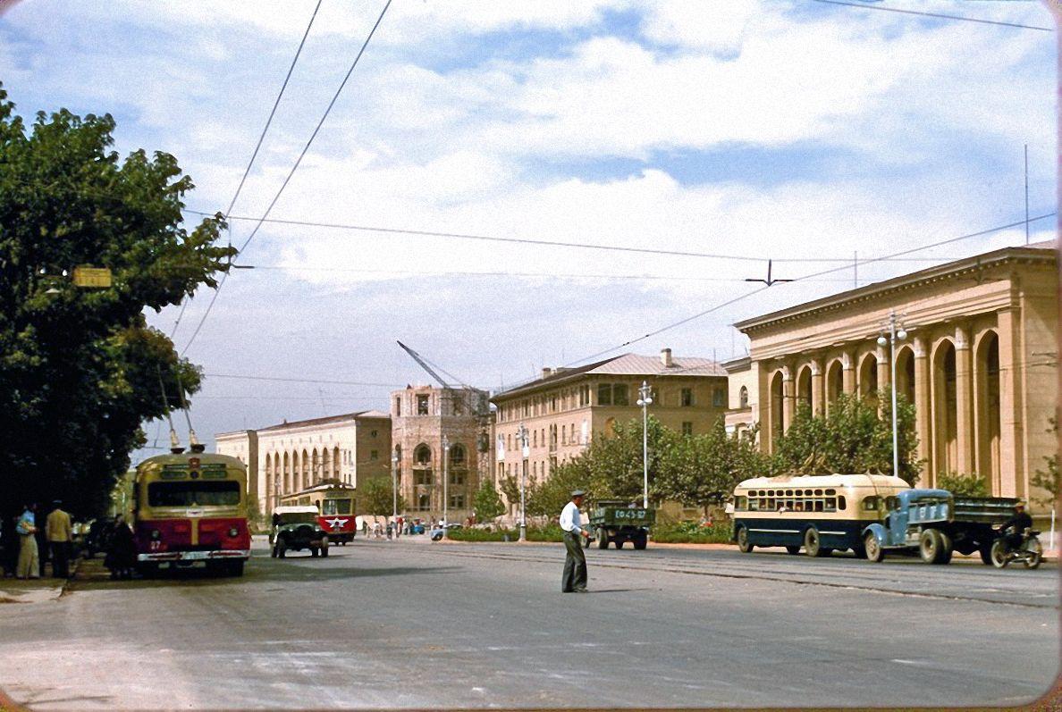 Автомобиль-самосвал КАЗ-585В и бортовой грузовик УралЗИС-5 в транспортном потоке. Узбекистан, Ташкент, проспект А. Навои