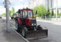 Трактор Беларус-920 с бульдозерным ножом. Курган, улица Куйбышева