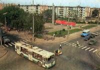 Грузовые автомобили и мотоцикл с коляской в транспортном потоке.. Калуга, улица Ленина