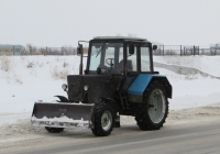 Трактор МТЗ- 82.1 с бульдозерным ножом. Курган, улица Климова