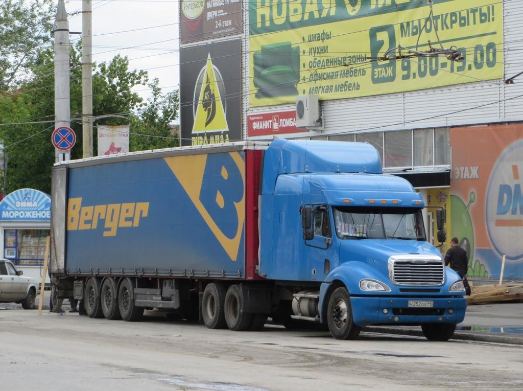 Седельный тягач Freightliner Columbia #Н 252 ОХ 44 с полуприцепом-фургоном. Курган, улица Куйбышева