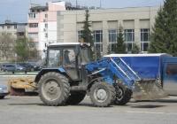 Коммунальная машина с навесным оборудованием на базе трактора  МТЗ-82.1. Курганская область, Шадринск, улица Свердлова