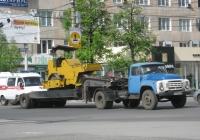ЗиЛ-441510 #М 644 ЕН 45 с прицепом-тяжеловозом. На платформе-каток ДУ-47Б. Курган, улица Куйбышева