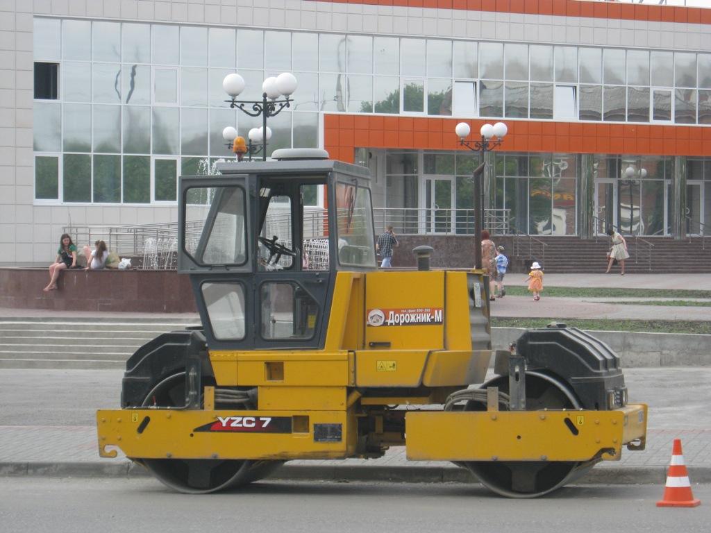 Дорожный двухвальцовый каток XCMG YZC7. Курган, улица Савельева