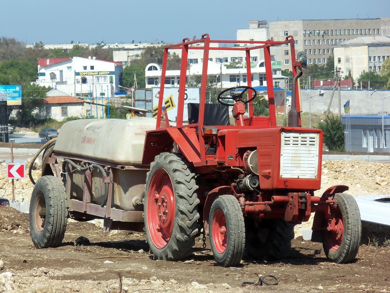 Трактор Т-25А3 #4310 ФЖ с прицепным опрыскивателем ОПВ-2000-01. Севастополь