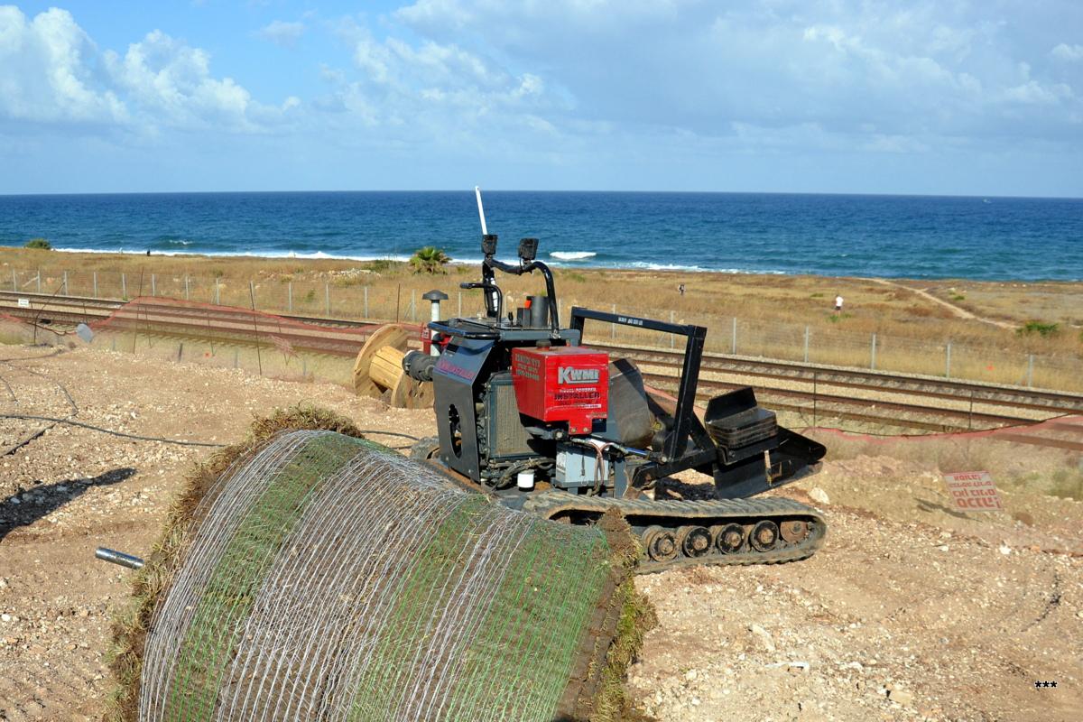 Миникомбайн гусеничный для укладки газона KWMI (Mini Harvester KWMI). Израиль, Хайфа