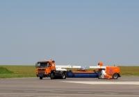 Щёточно-продувочная машина для уборки ВПП серии RS-200/400  в агрегате с тягачом. . Калуга, международный аэропорт Калуга