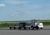Тягач TUG MA №023 с багажными тележками. Калуга, международный аэропорт Калуга