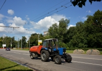 Коммунальная уборочная машина на базе трактора МТЗ-82.1 с прицепом-цистерной для полива  . Москва, улица Куусинена