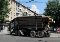 Автопоезд-лесовоз в составе тягача КамАЗ-4310 и двухосного прицепа-роспуска. Калуга, Октябрьская улица