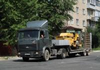 Седельный тягач МАЗ-54329 с полуприцепом-тяжеловозом. На платформе полуприцепа-каток ДМ-47. Калуга, Октябрьская улица