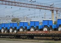Новые тракторы Беларус-82.1 (МТЗ-82.1) на железнодорожных платформах. Курган, станция Курган-Центральный