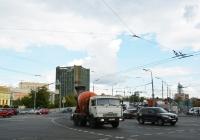 Автобетоносмеситель на шасси КамАЗ #Н 436 НУ 40 в потоке транспорта. Москва, Электрозаводский мост / Бакунинская улица