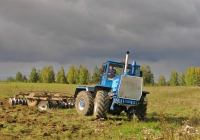 Трактор Т-150К с дисковой бороной на осенних полевых работах . Ивановская область, село Чертовищи