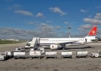 Тягачи с багажными тележками . Мальта, Международный аэропорт