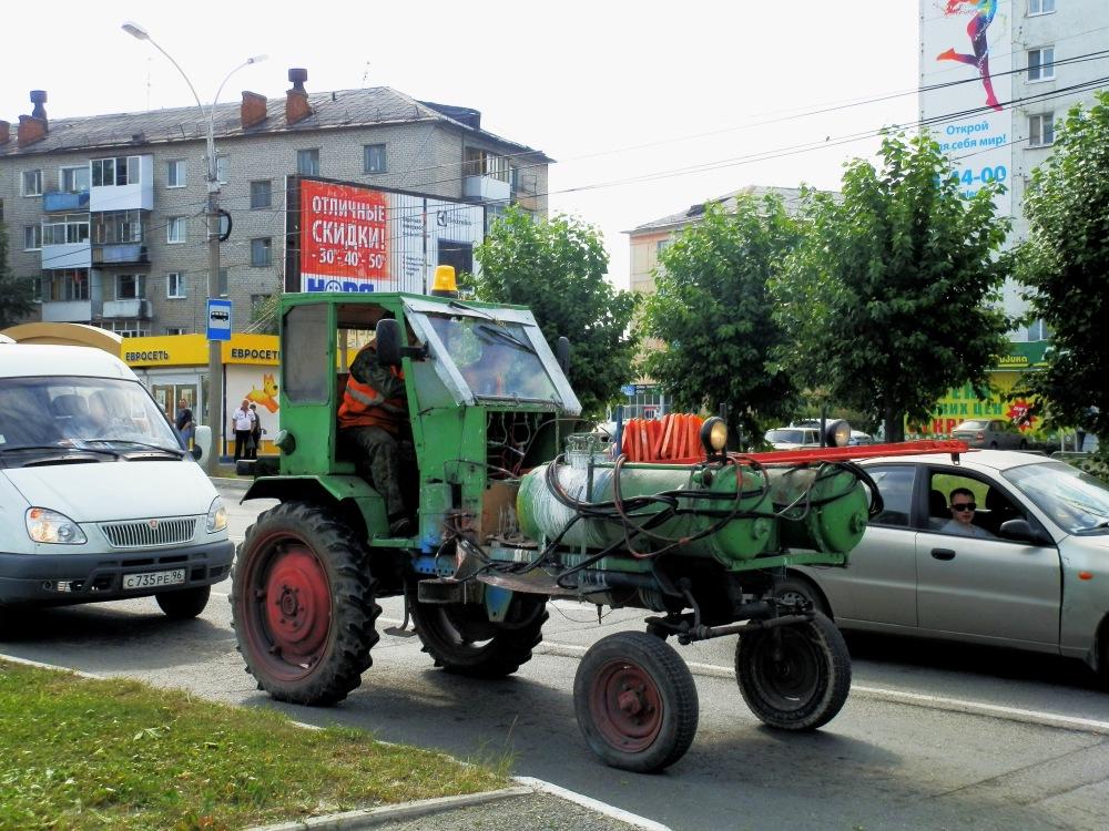 Маркировочная машина ДЭ-ЗА на базе самоходного шасси Т-16М. Свердловская область, Серов, улица Ленина