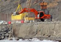 Гусеничный экскаватор Doosan Solar 225NLC-V на работах по укреплению берегового участка шоссе между Морским и Приветным. Крым, шоссе Алушта - Феодосия