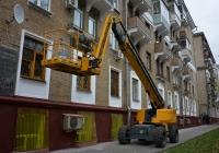 Коленчато-телескопический подъёмник Haulotte в ходе подготовки к выполнению фасадных работ. Москва, 2-я Песчаная улица