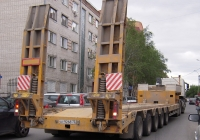 Полуприцеп-тяжеловоз #АТ 9268 72 в составе автопоезда. Тюмень, улица Красина