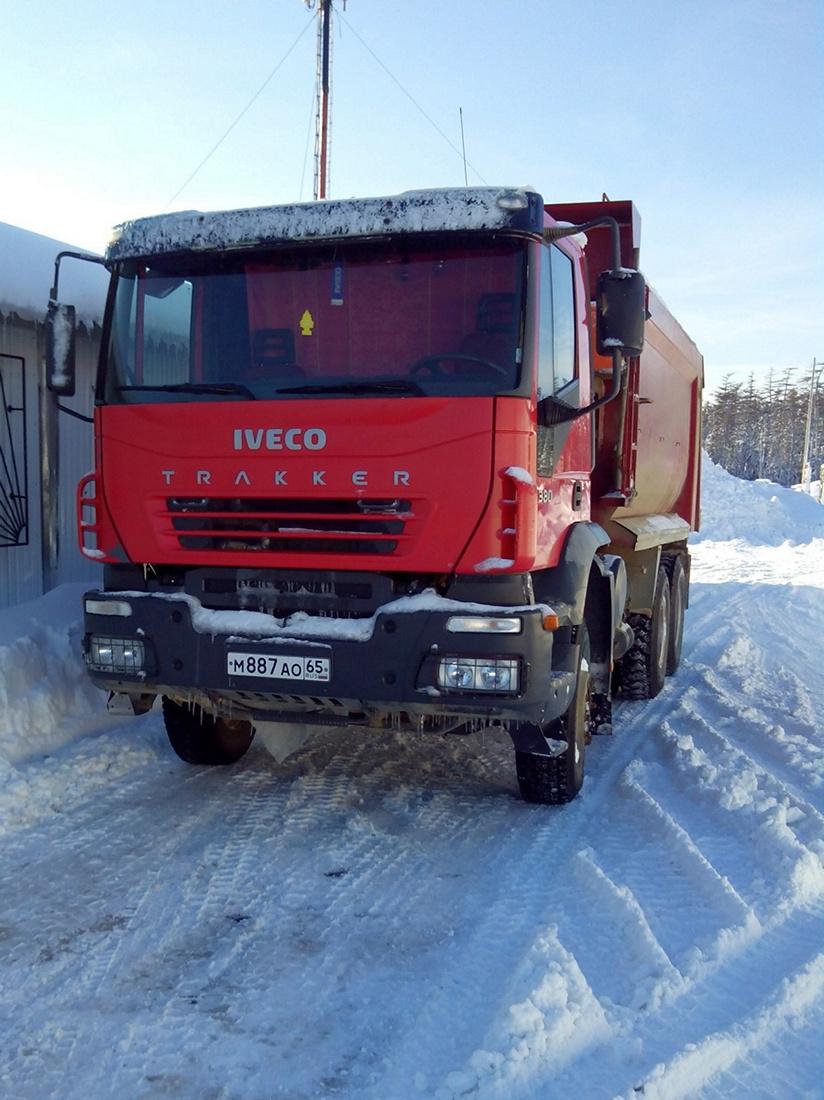 Самосвал на шасси IVECO EuroTrakker 380. Сахалинская область, Ногликский район, вахтовый поселок Киринского ГКМ