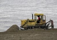 Бульдозер-рыхлитель на базе трактора Т-170*. Самара, пляж второй очереди набережной реки Волга
