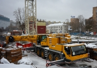 Автокран Liebherr #М 424 ХТ 190 в процессе строительно-монтажных работ . Москва, улица Бутырский Вал