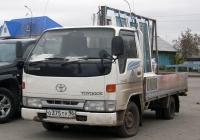 Грузовик Toyota Toyo Ace #О 375 ТУ 96, оборудованный для перевозки окон. Свердловская область, Тугулым, площадь 50 лет Октября