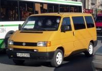 Микроавтобус Volkswagen Caravelle T4 #P 475 PVM. Тюмень, улица Республики